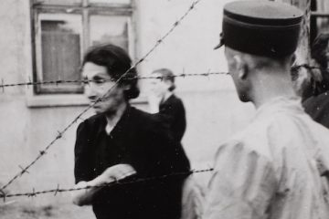 Ghetto-police-with-woman-behind-barbed-wire_Henryk-Ross