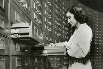 Farabola, impiegata nell'archivio delle schede perforate nella sede Cariplo a Milano in via Verdi, 1952, gelatina ai sali d'argento/carta, CC BY-NC-ND