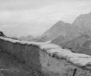 Un tratto di trincea del Kopfach con vedetta. In fondo da sinistra a destra Grosser Mabois e Wischberg