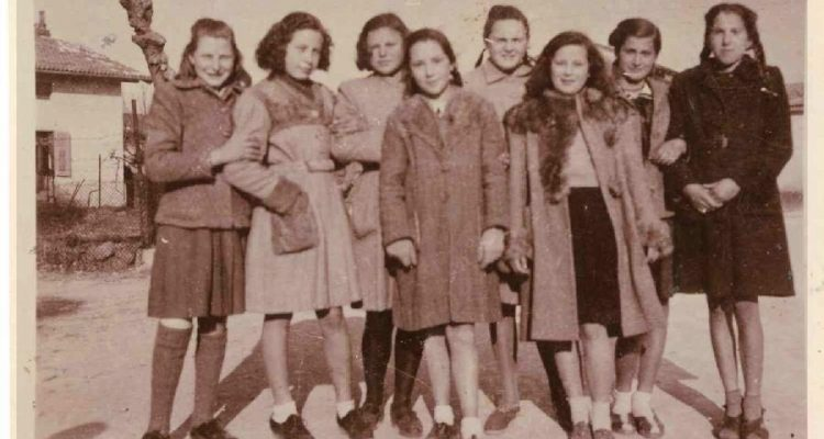 Ritratto di Vilma Braini e Stanka Logar (2° in alto da dx) insieme ad un gruppo di amiche di Sant'Andrea
